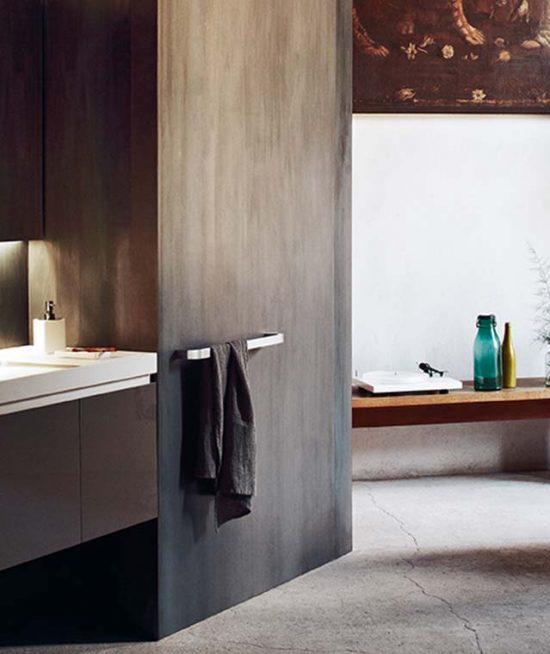 Vrijstaande wastafel met veel bergruimte - Keramische hout look tegels op de vloer