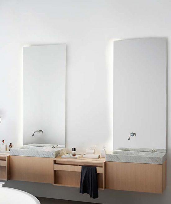 Exclusieve massieve natuursteen Carrara wastafel en licht eiken lades