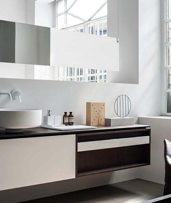 Exclusieve meubelcombinatie met opbouw wastafel en witte inbouwkraan