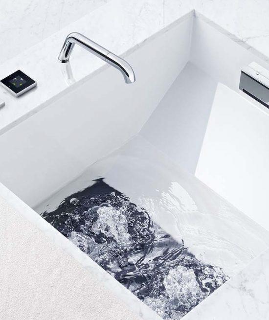 Voetenbad met jets in de bodem