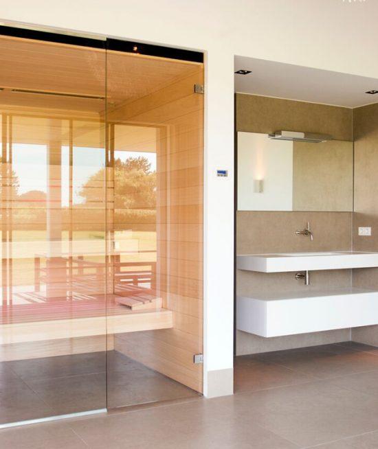 Maatwerk luxe sauna met zwevende banken en glazen voorzijde