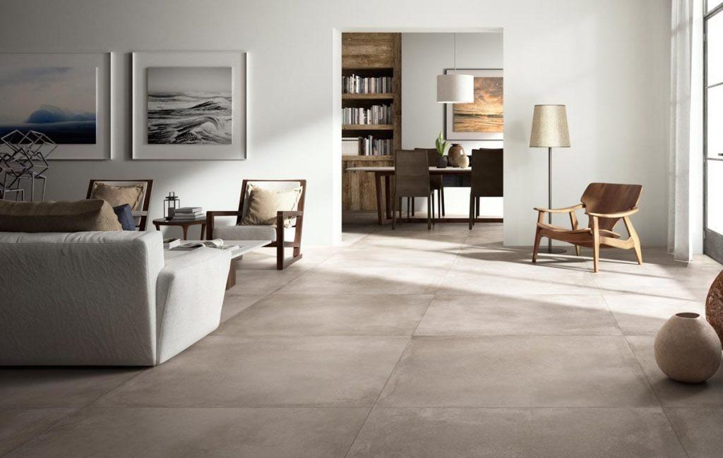 Groot formaat keramische vloertegel in woonkamer geschikt voor vloerverwarming