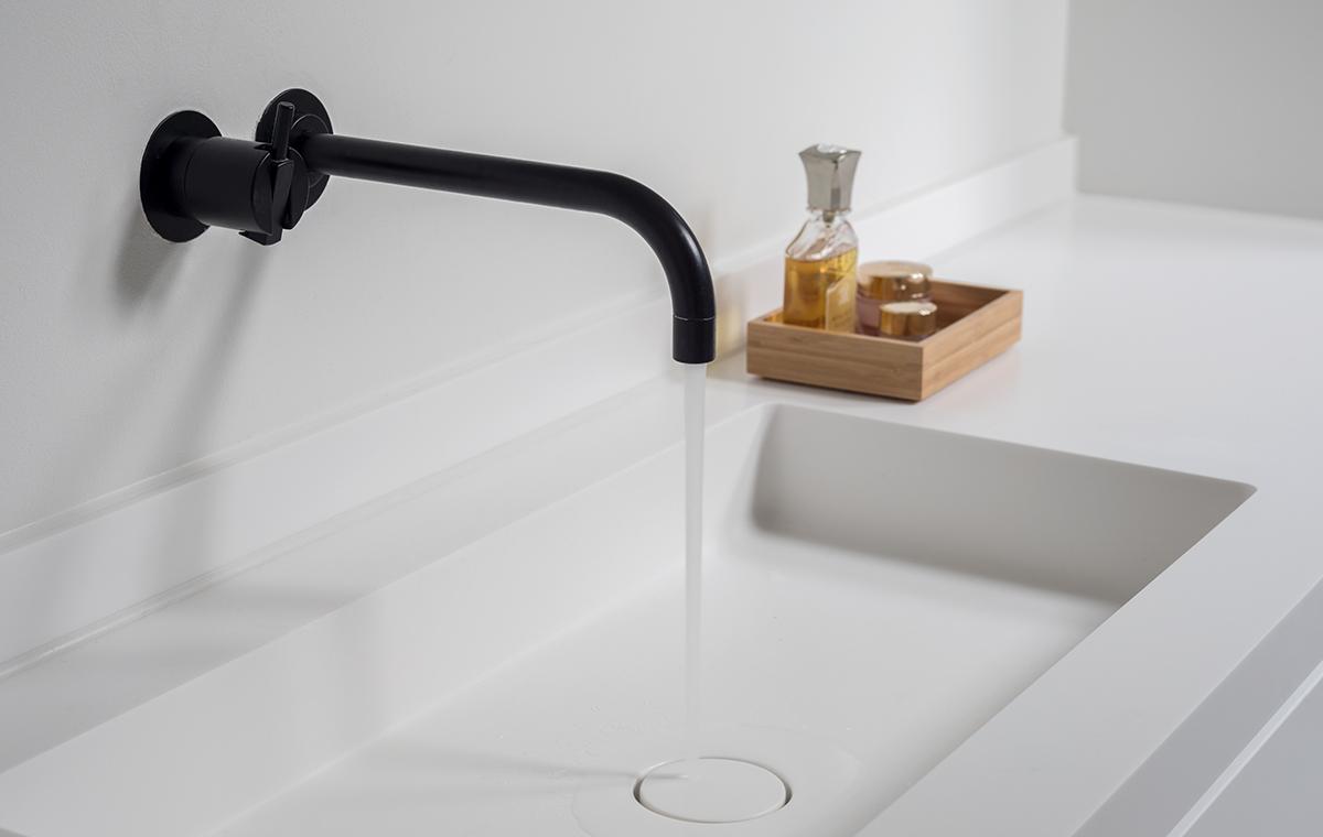 Minimalistische badkamer met zwarte kranen sjartec for Badkamer kraan