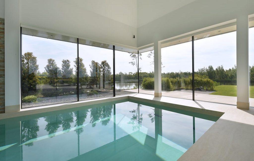 Exclusief zwembad met groot formaat tegels
