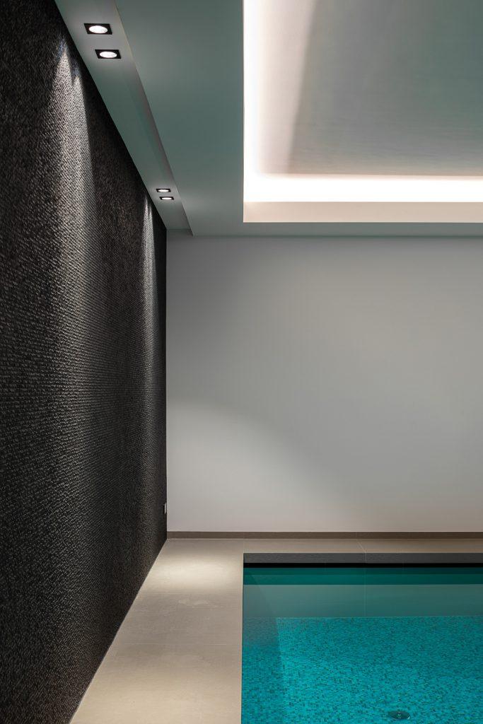 Wellness ruimte met luxe badkamer en zwembad